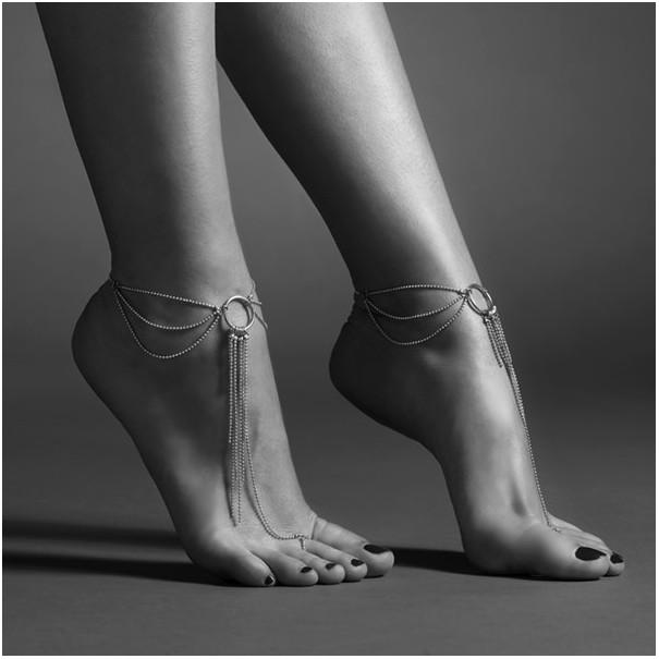 Bijoux pour pieds en chaines métalliques